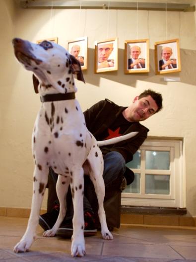 denis sarkić ob svojih portretih predsednika drnovška, s svojim psom Janšo, Fotopub festivalu, Novo mesto.