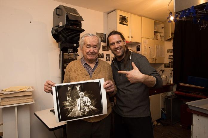 Rajko Henigman starejši s fotografijo, katero sem mu razvil.