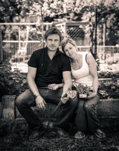 Jure Breceljnik in Natalija Gros, portret na vrtu.